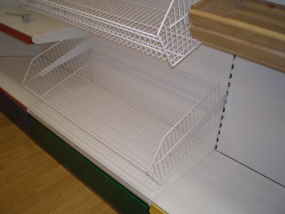 Сетчатый торговый стеллаж металлический с корзинами с фризом
